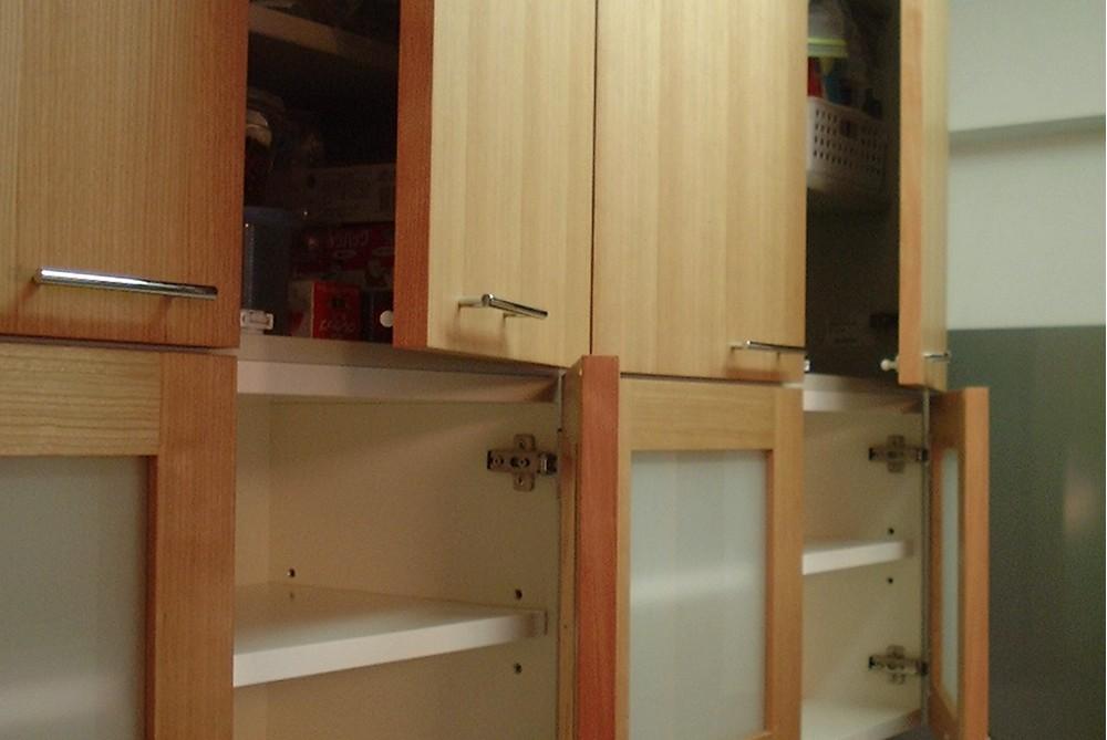 既存食器棚をカバ材を使ってリメイク