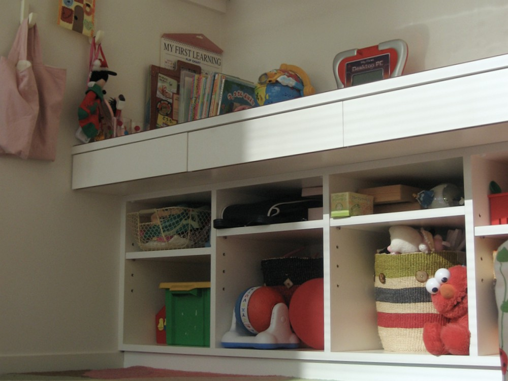真っ白い子供用の本棚とデスク