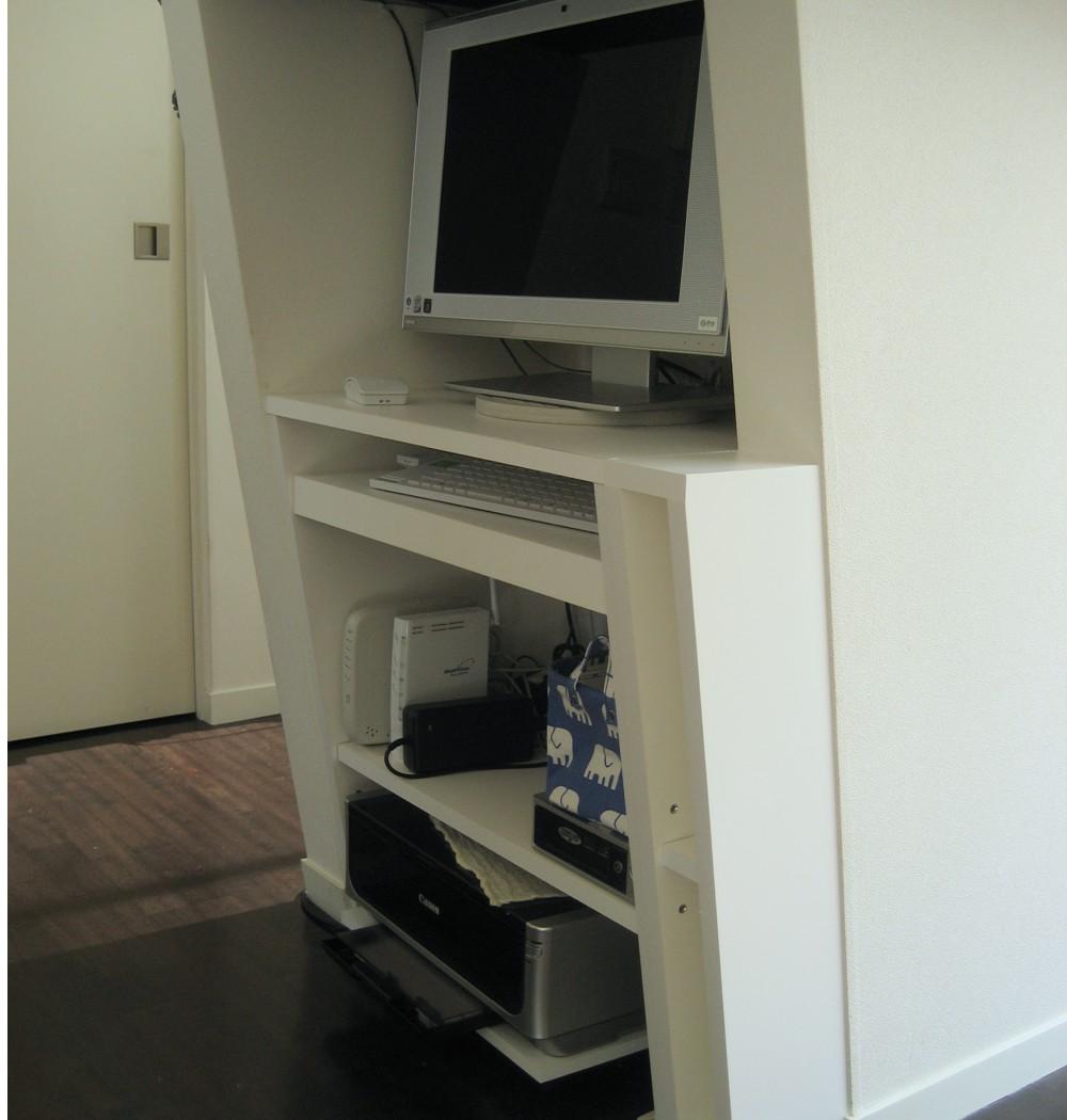壁の隙間を利用したパソコンデスク