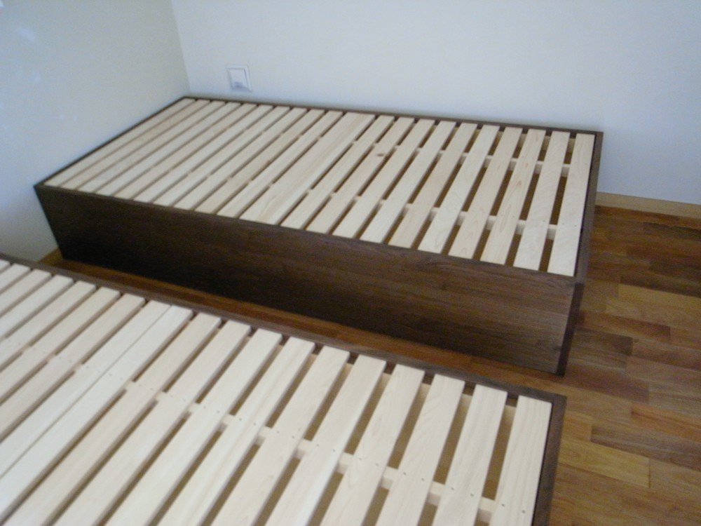 ウォールナットのベッドフレーム