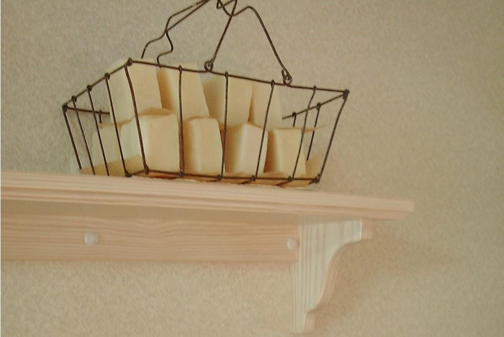 パインとガラスのツマミのカップボード
