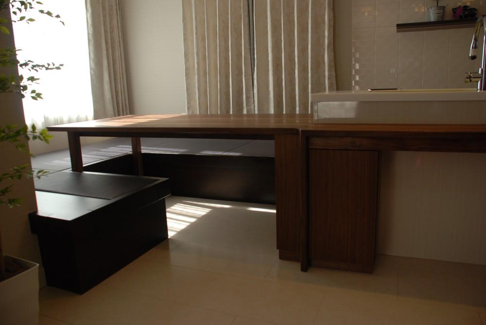 ウォールナットのダイニングテーブルとカウンター
