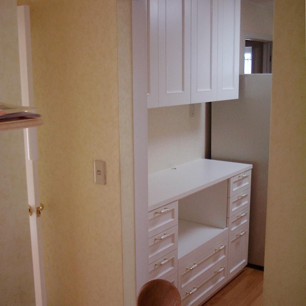 白いクラシカルなデザインの食器棚
