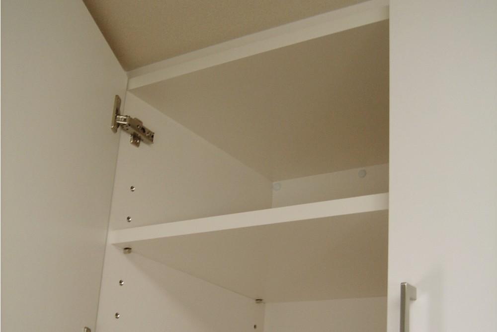 フラップ扉やスライドテーブルなど多機能な食器棚