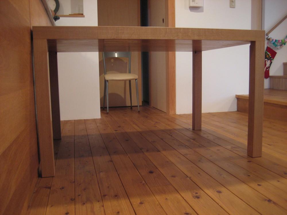 厚み60mmの天板のナラのダイニングテーブル