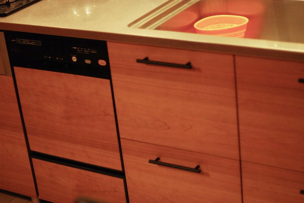 チェリーとアイアンレッグのダイニングテーブルとキッチンの面材リフォーム