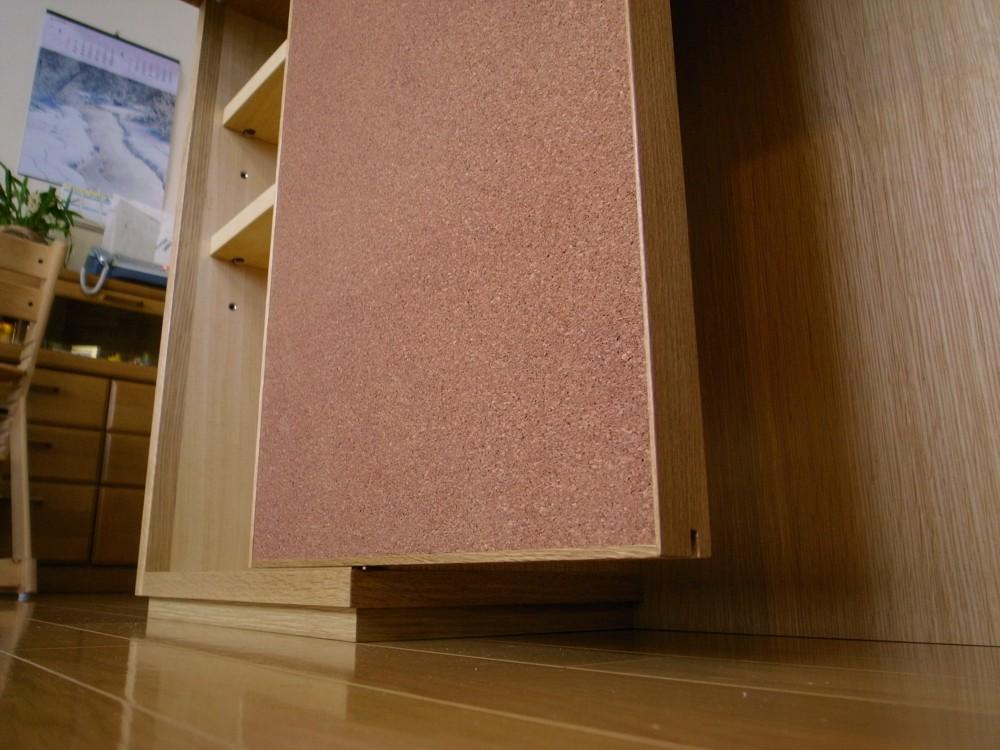 コルク扉のある本棚がついたオークのカウンター