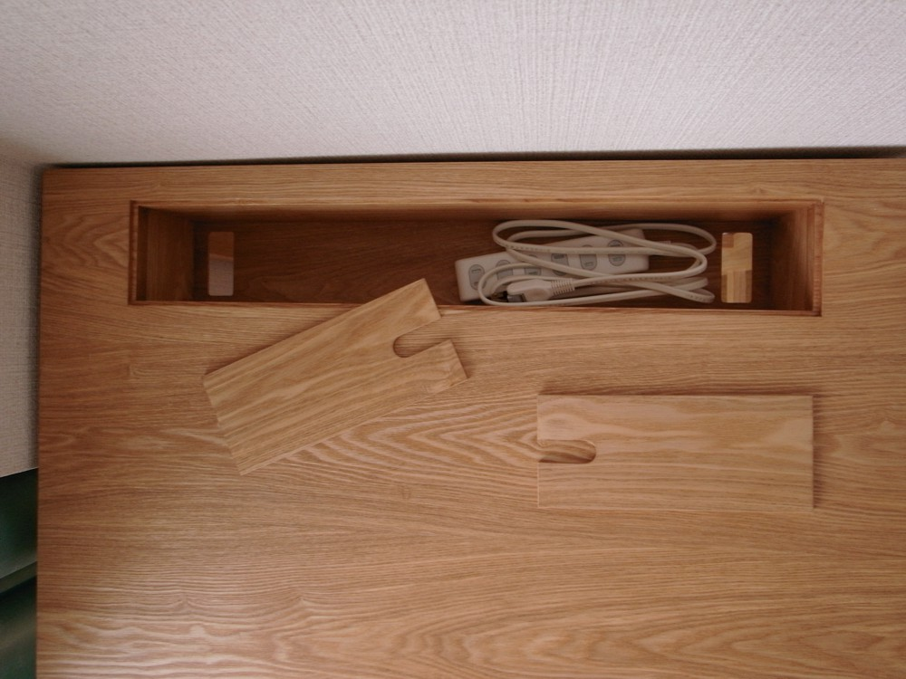 配線収納ボックスのあるタモのワークデスク