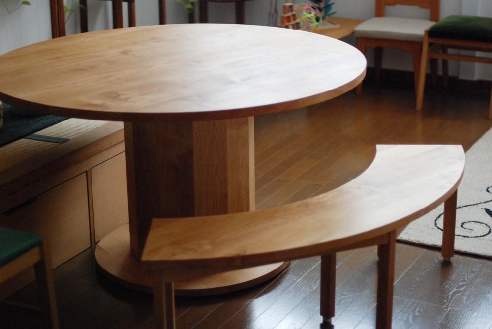アルダーの丸テーブルとベンチ