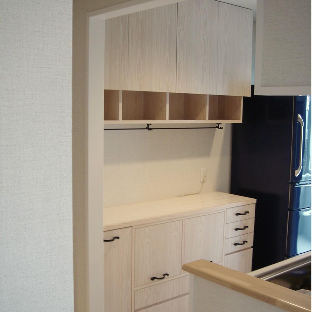 ホワイトパインとタイルトップの南欧風食器棚