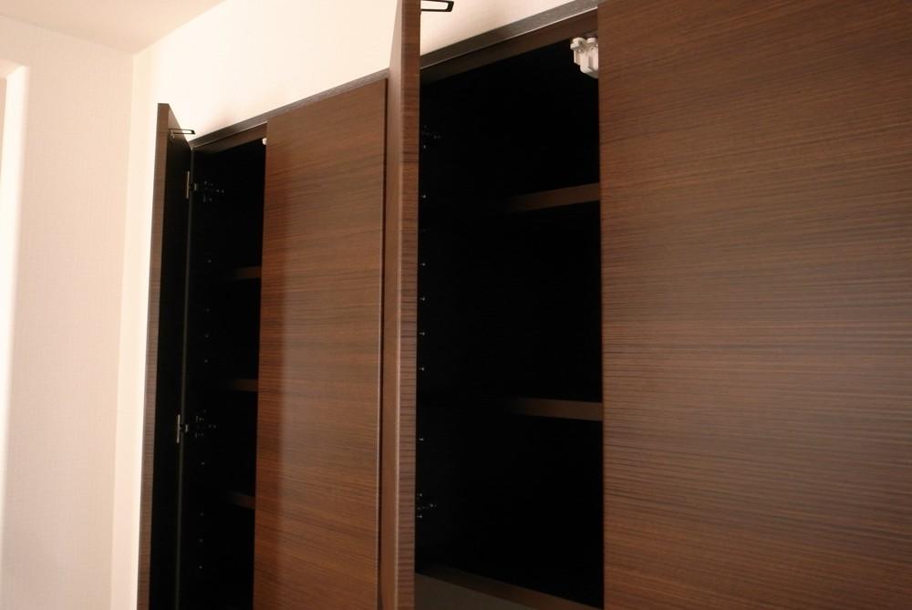 キッチン面材合わせの大型背面収納
