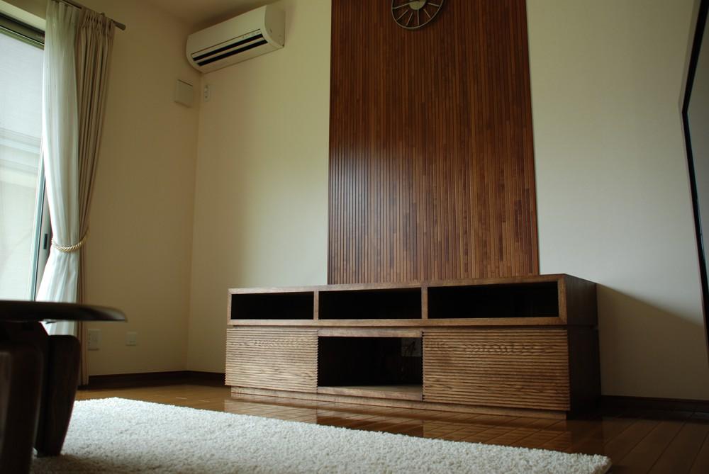 スリットの入ったテレビボード