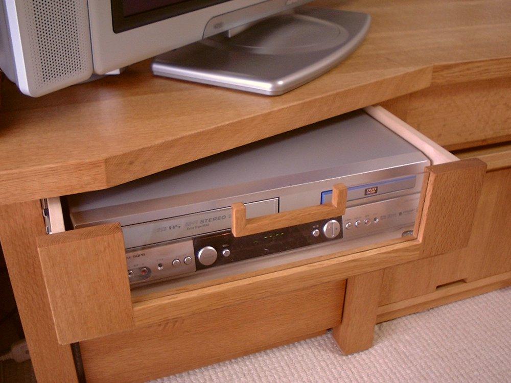ナラ材を使った形状変化するテレビボード