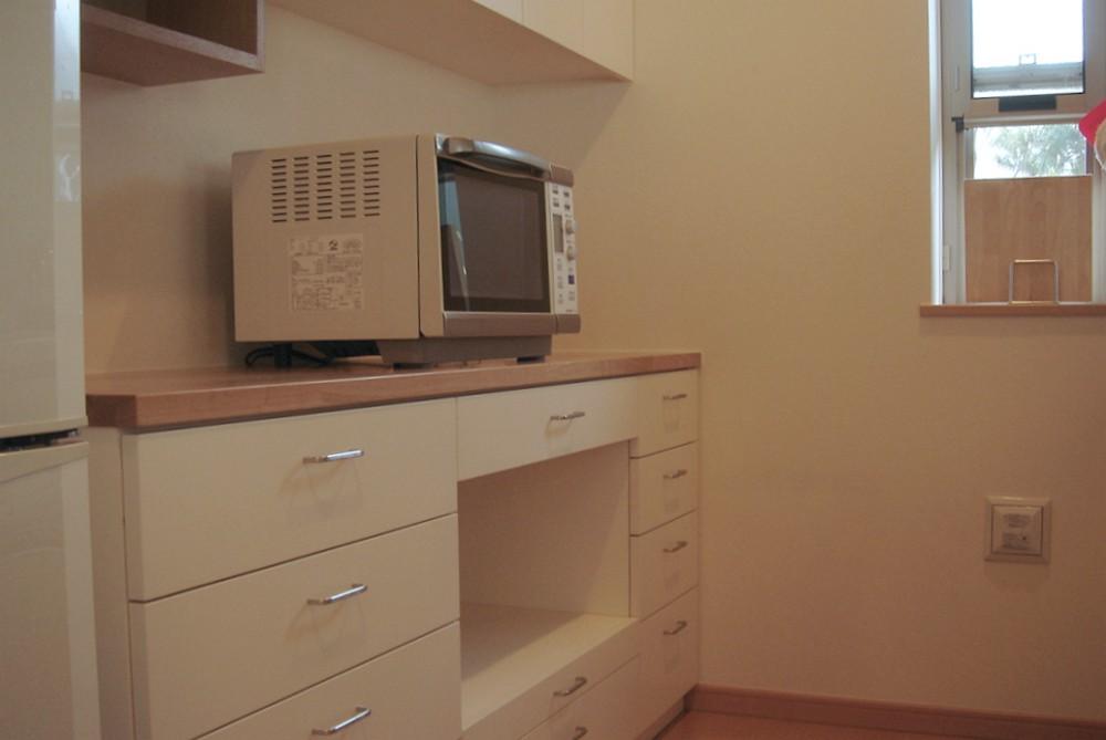 タモとホワイトペイントの食器棚