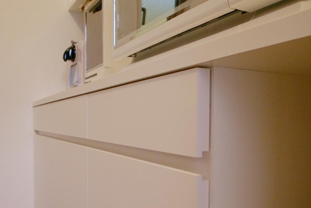 白いモダンな食器棚