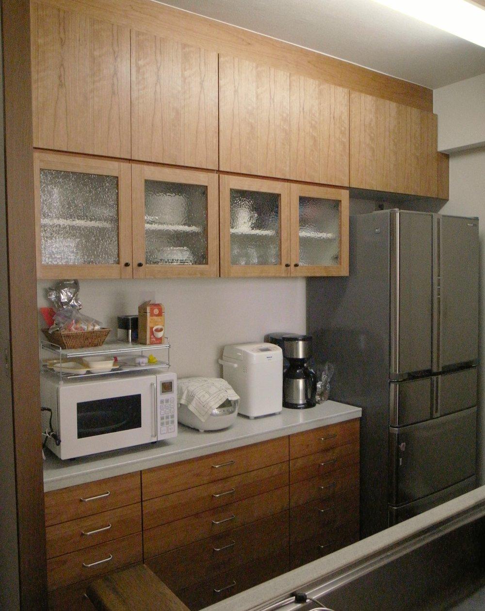 元々の食器棚をチェリーのモダンな食器棚にリメイク