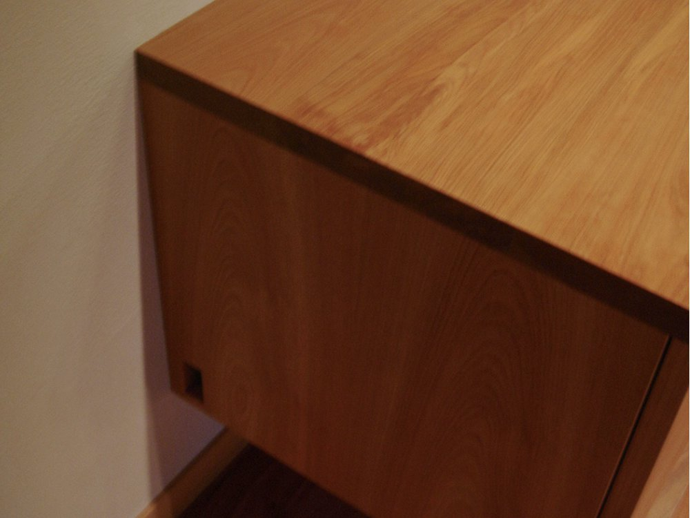 カバで作った格子扉のある宙に浮いたテレビボード