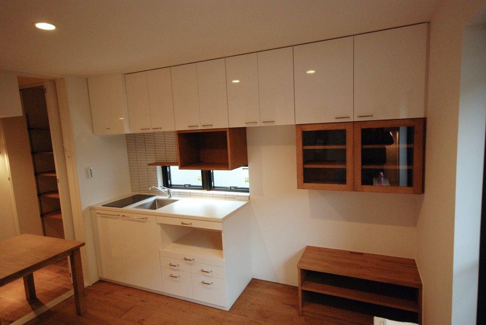 オークを使ったキッチン背面収納とテーブル、アルダーのチェア