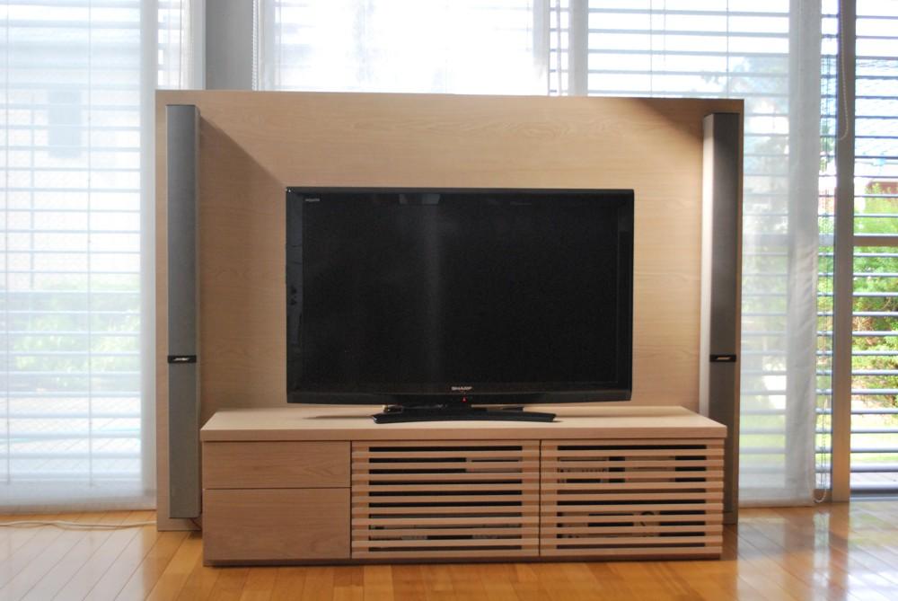 タモを白く塗装して仕上げた格子のあるテレビボード