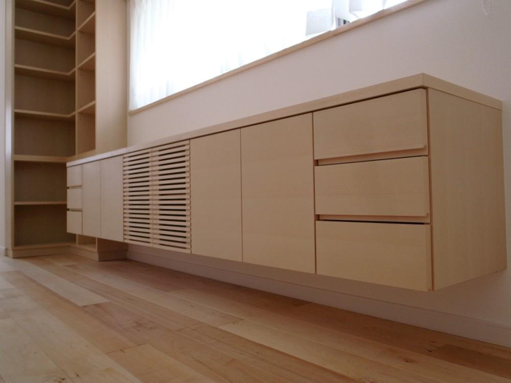 ブナを白く塗装したテレビボードと本棚