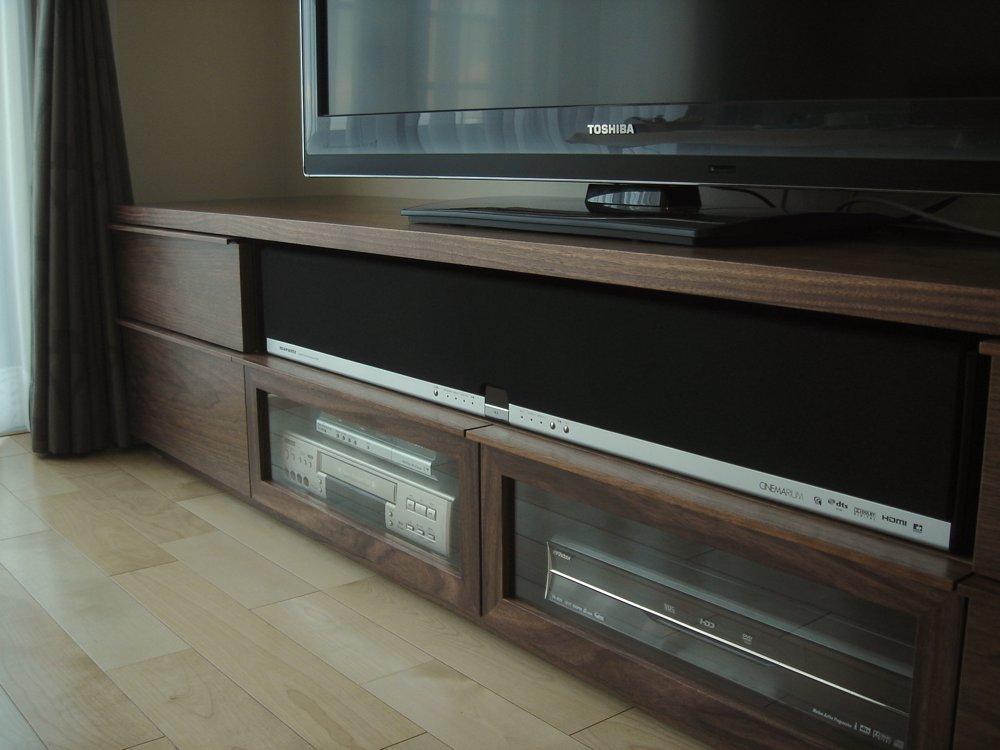 ウォールナットのモダンなテレビボード