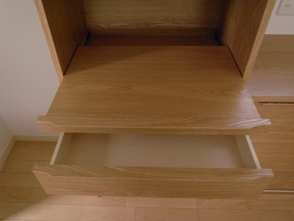 引戸のあるタモの食器棚