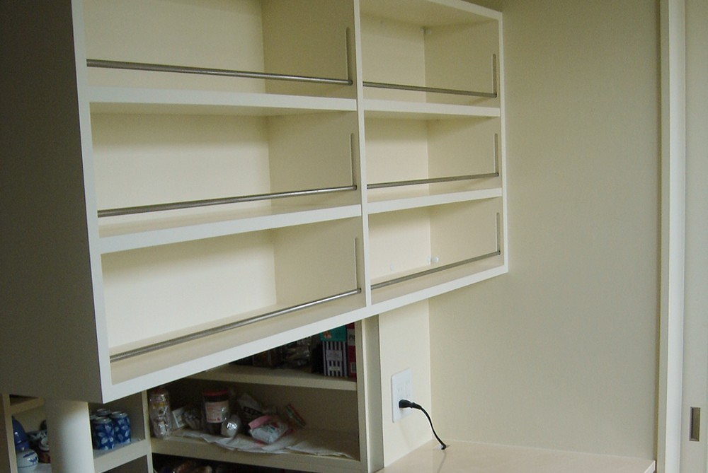 センの食器収納と、白く塗装した飾り棚