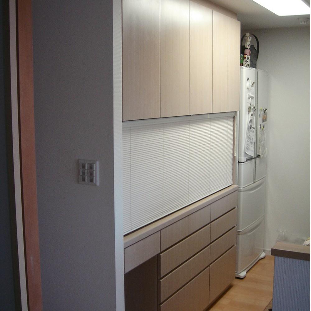 タモ柾目を白く塗装した食器棚