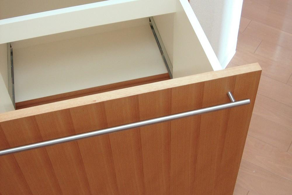 カバ柾目を使った折れ戸のあるキッチン収納