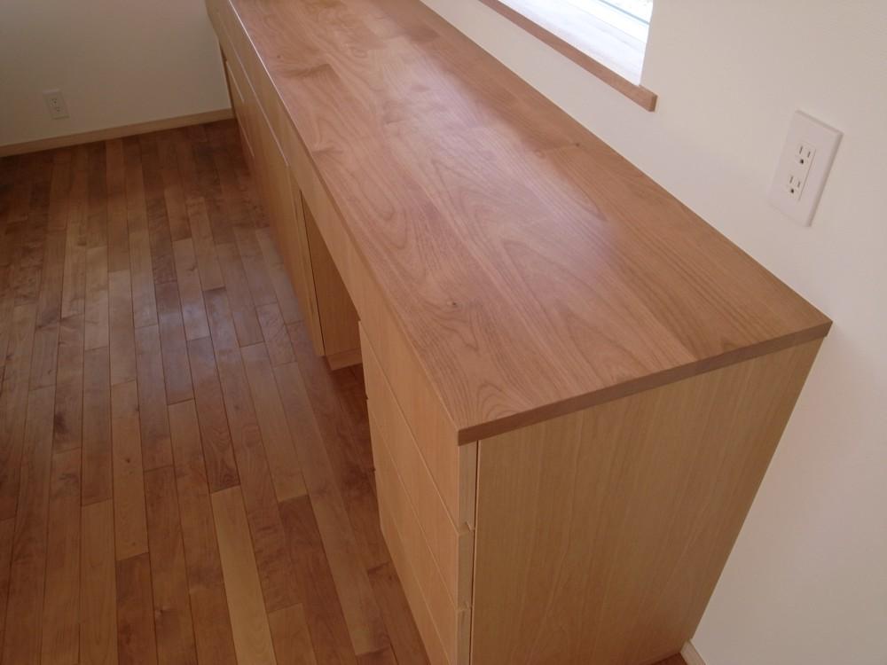 アルダーを使ったキッチン背面収納と吊戸棚