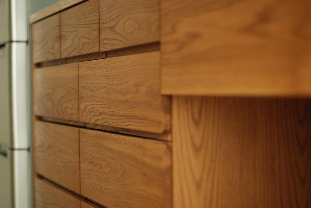 ナラ板目のセパレートタイプの食器棚