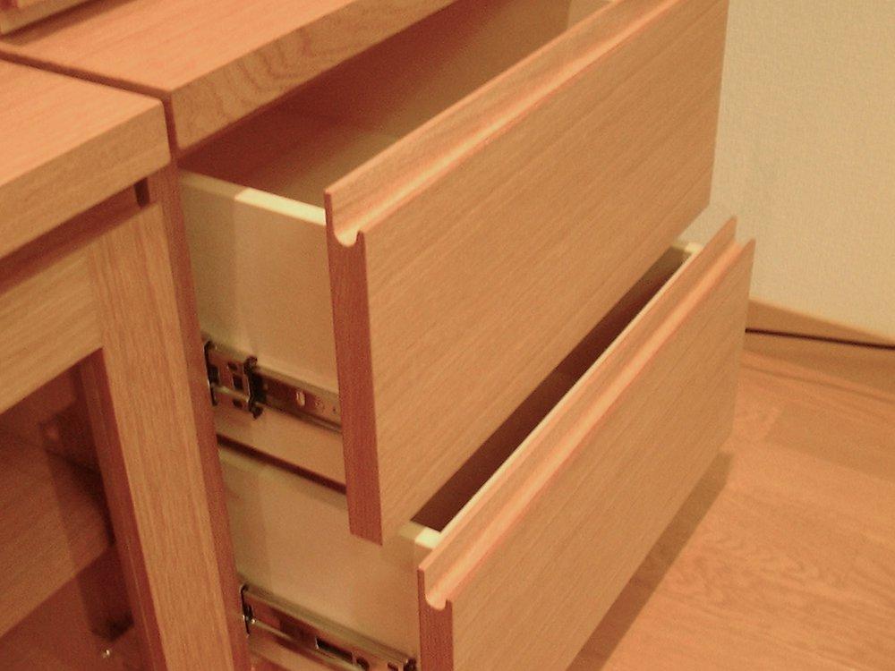 オーク柾目の飾り棚のあるテレビボード