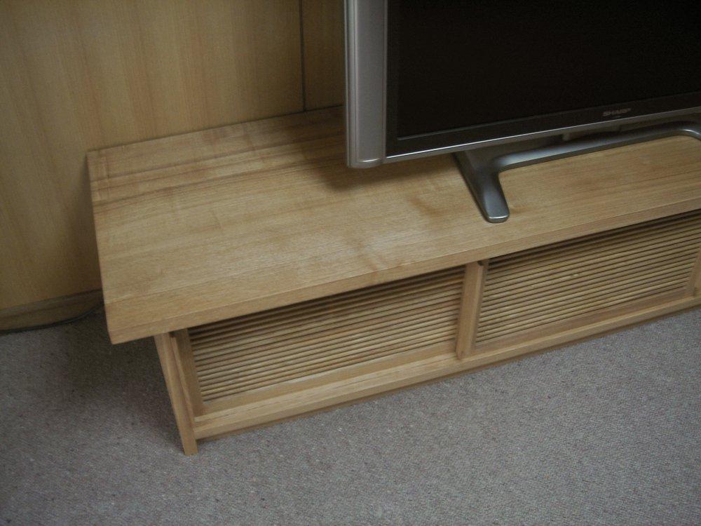 タモ柾目の格子引き戸のある和風なテレビボード
