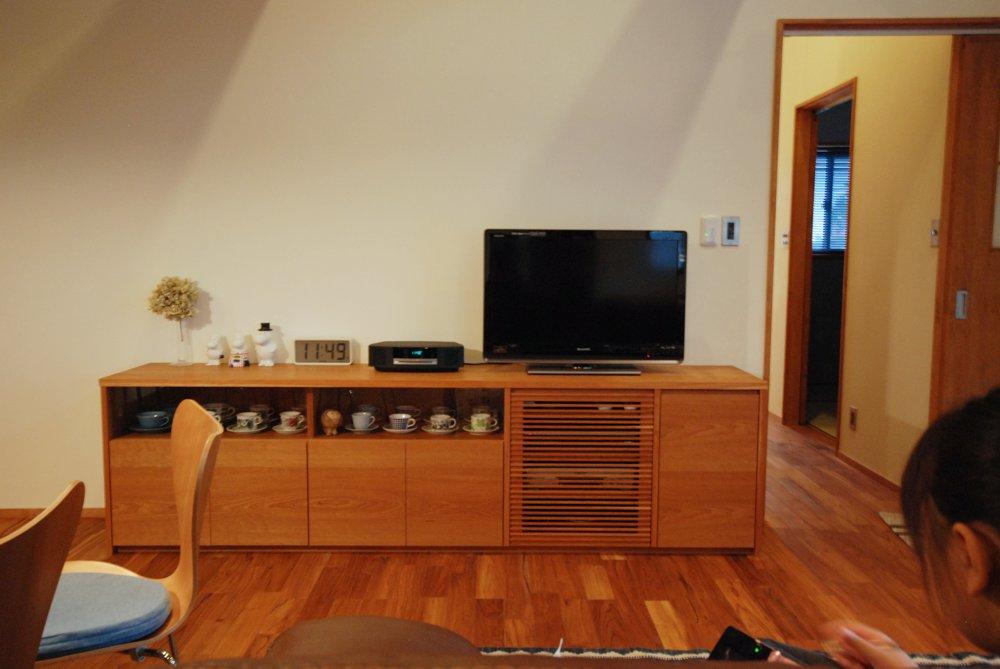 チェリーのガラス引き戸のカップボードとテレビボード