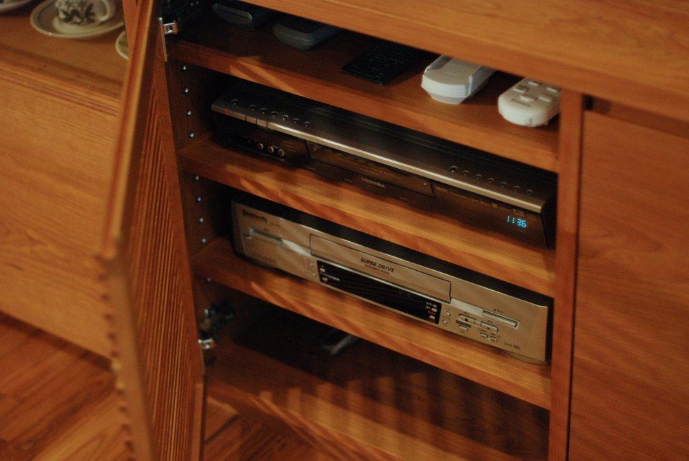 チェリーのガラス引き戸のカップボードとテレビボード「