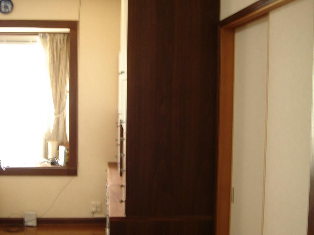 ウォールナットとウレタンホワイトのモダンな壁面収納