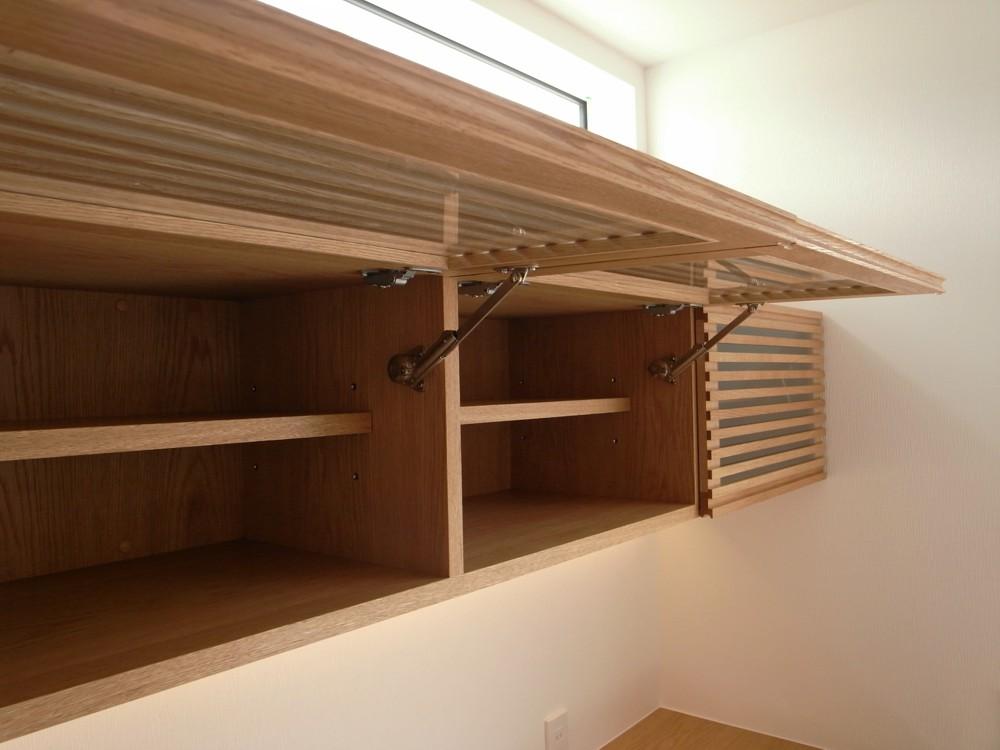 格子扉のあるオークの食器棚