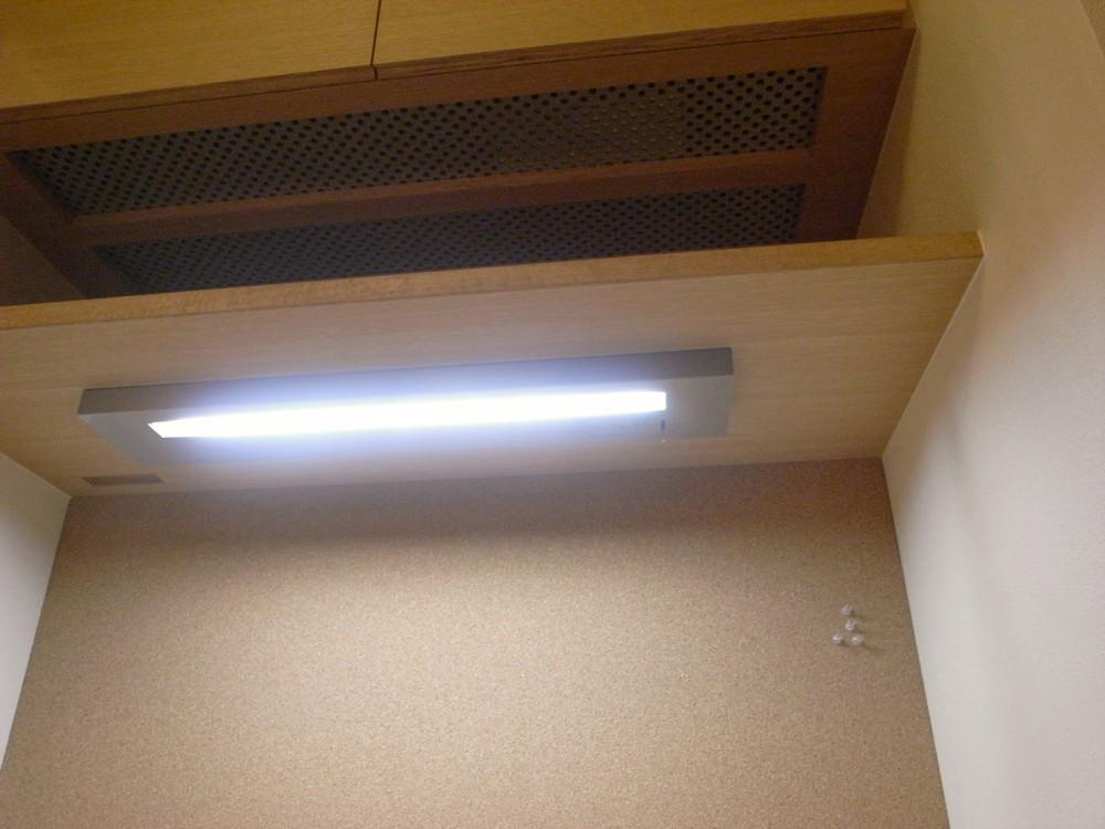 ナラ柾目のデスクと吊戸棚