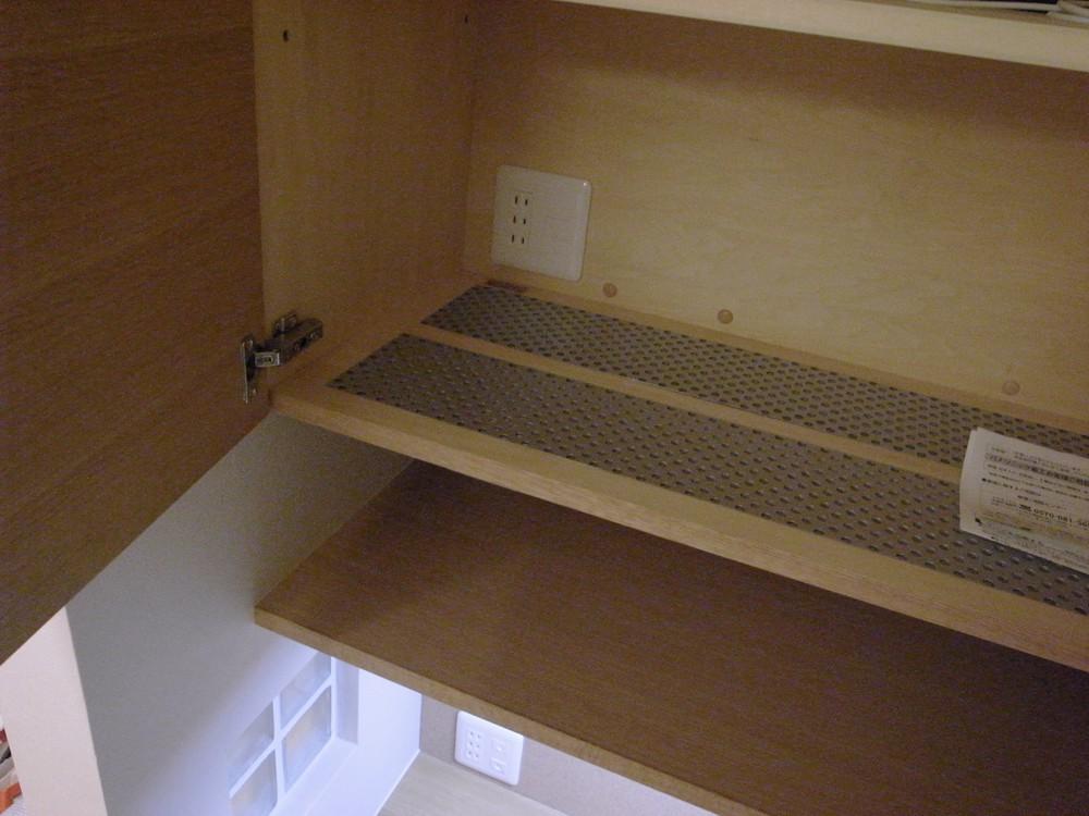 パンチングメタルの地板のある吊戸棚
