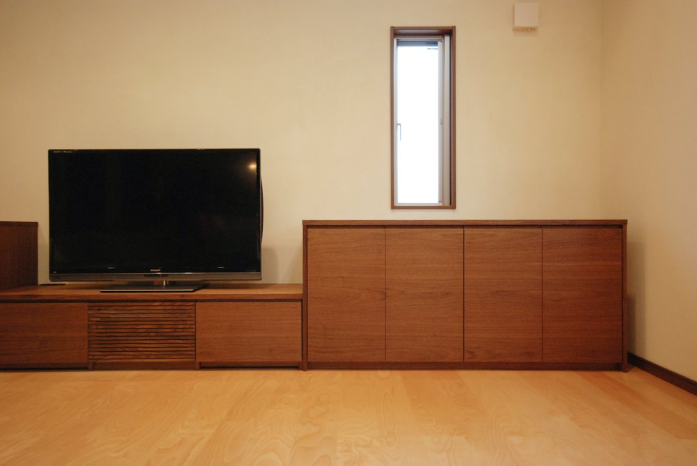 ランダム張りウォールナット突板を使ったテレビボード