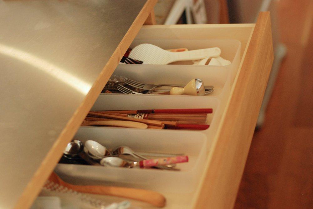 タモとステンレスの引き戸のある食器棚