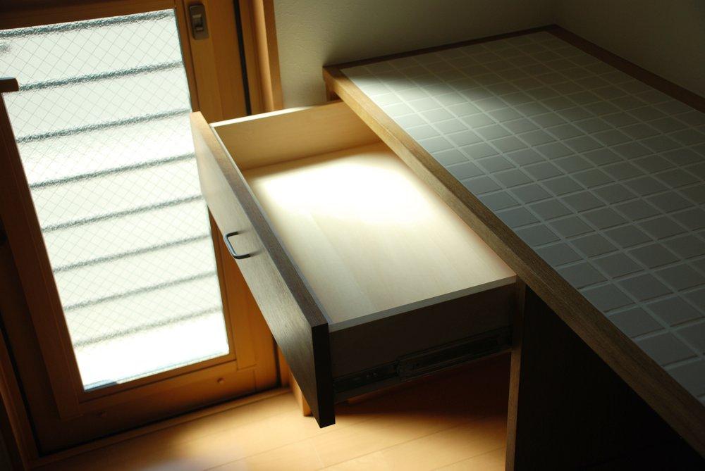 ナラとタイルを使ったコの字型の食器棚