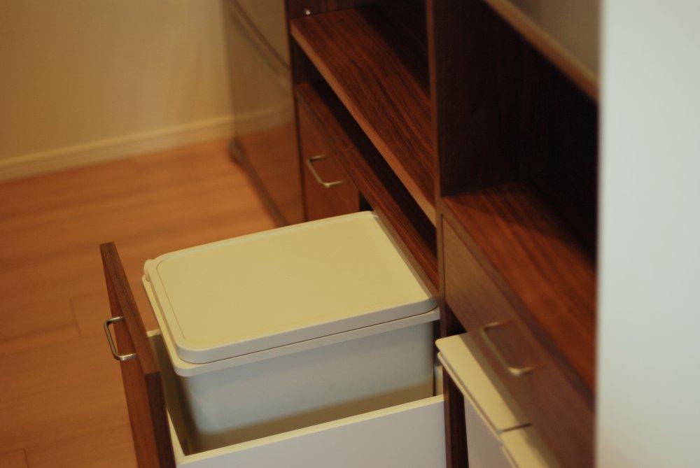 ウォールナットとステンレスのセパレートタイプの食器棚