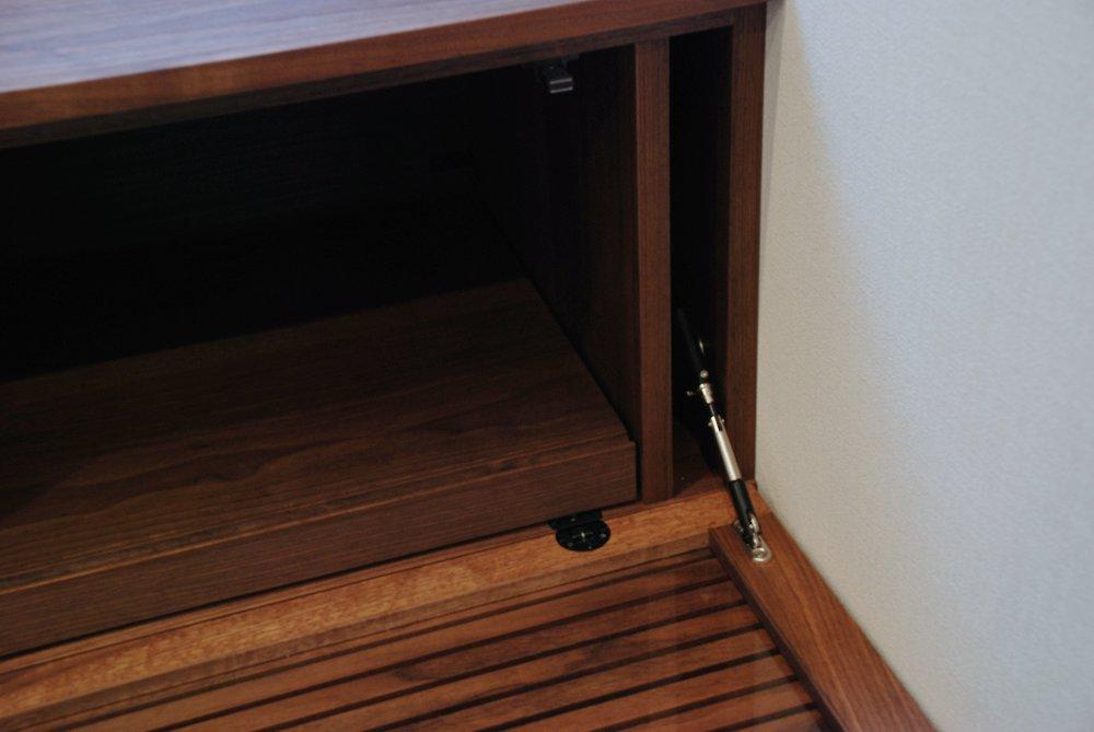 ウォールナットの格子のテレビボード