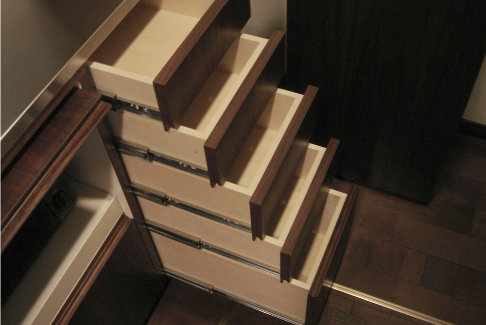 ステンレスとウォールナットを使った食器棚