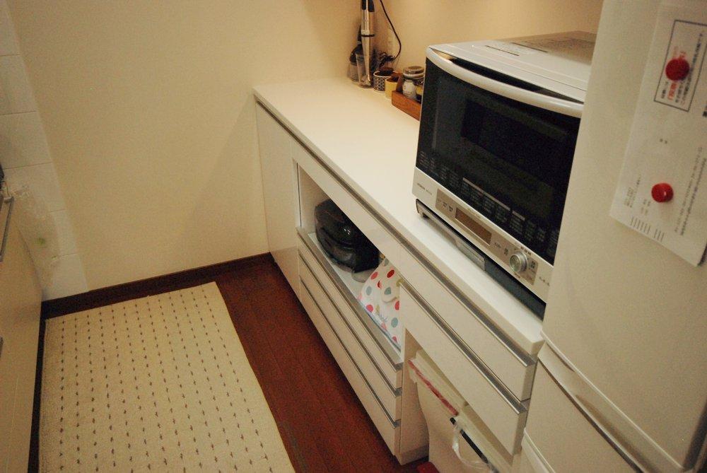 鏡面ホワイトとウォールナットの食器棚