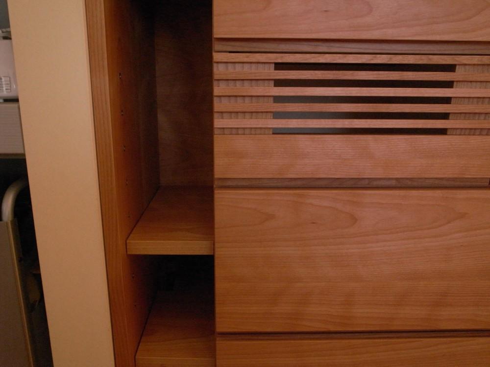 カバのアイランドタイプの食器棚