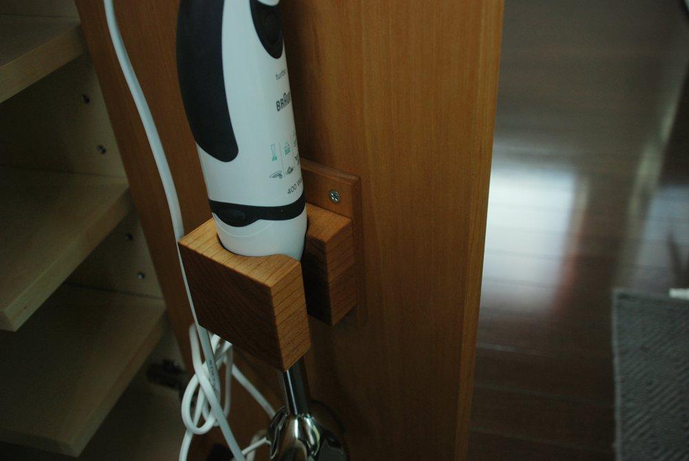 空間を仕切るアルダーのキッチンアイランドカウンター