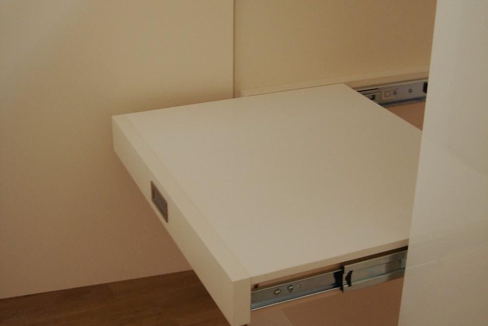キッチンに合わせて鏡面ホワイト化粧板で作ったバックカウンター