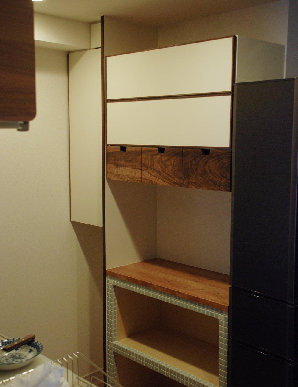 チェリーとウォールナットとタイルの南欧風食器棚